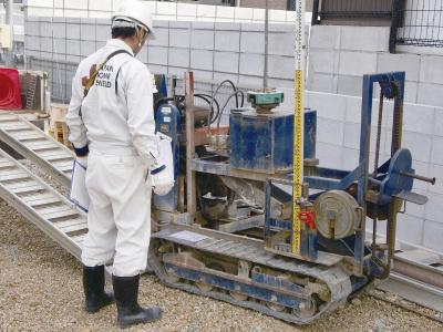 スウェーデン式サウンディング試験機で地質調査