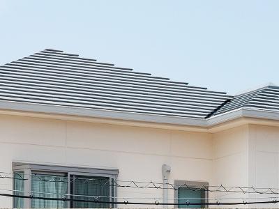 屋根ラインを美しく見せるセメント瓦を採用