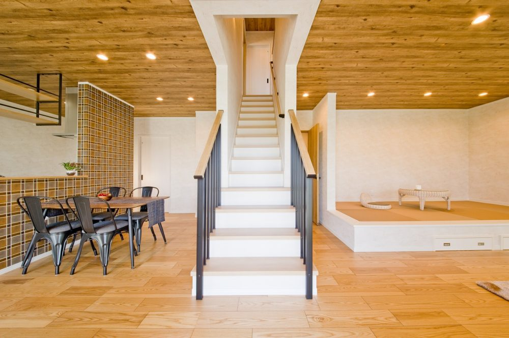 中央には二階への階段があり、ダイニングとリビングを分離する効果があります。